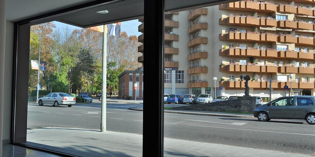 Tancaments porta d'entrada de l'Hotel Estació Olot