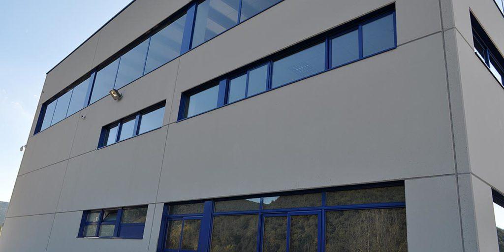 Tancaments alumini lacat blau nau industrial a Begudà