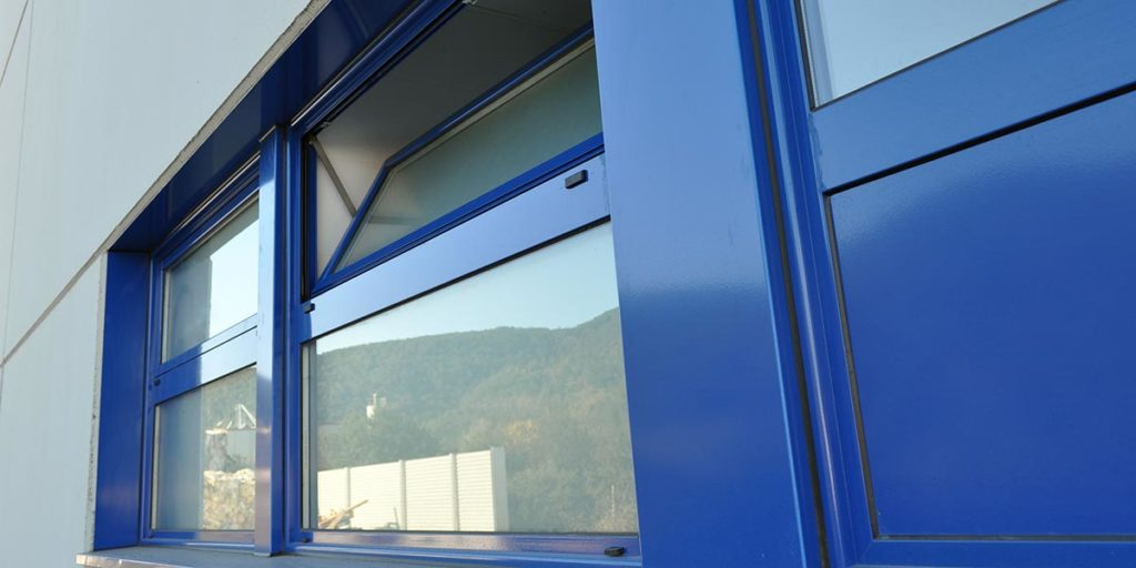 Tancaments d'alumini lacat blau de finestres i portes