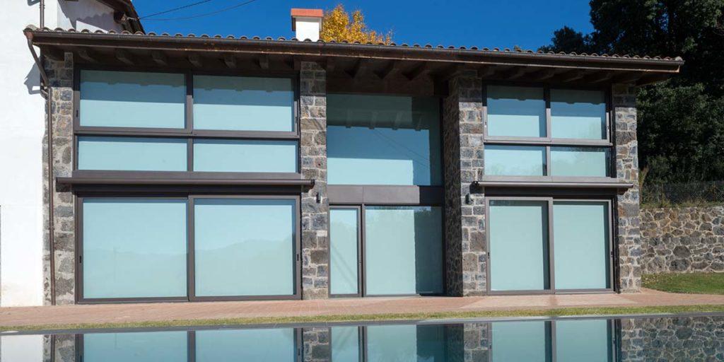 Tancaments d'alumini de portes corredisses i finestrals