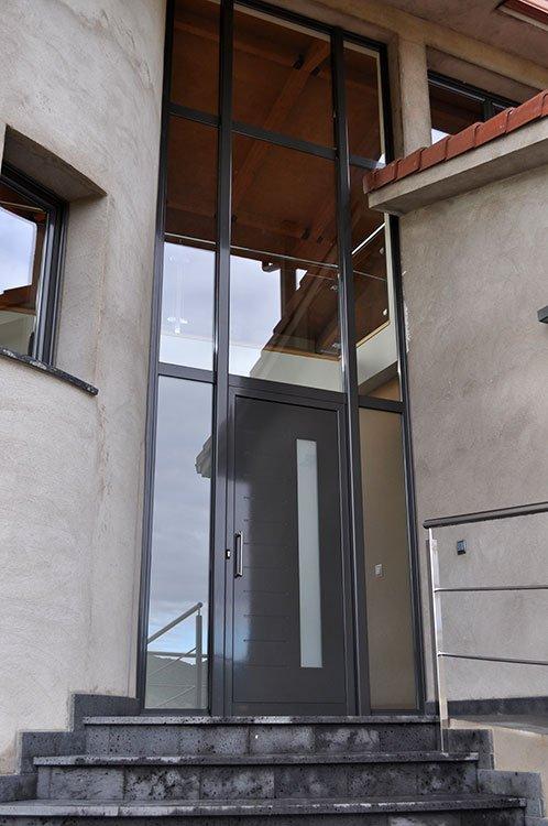 Porta d'entrada i tancaments d'alumini