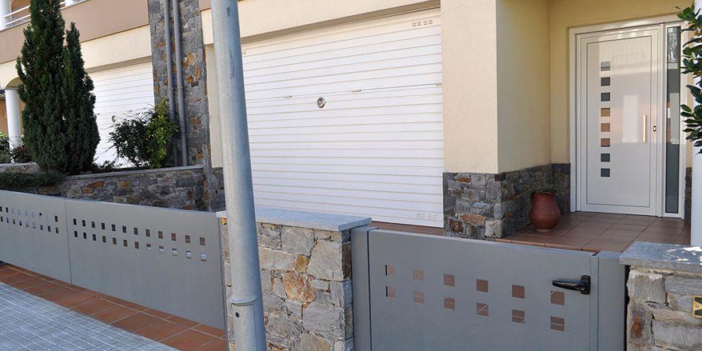 Barandilla de hierro y portal de aluminio lacado