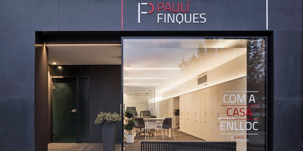 Estructura de hierro escaparate y entrada de Fincas Paulí