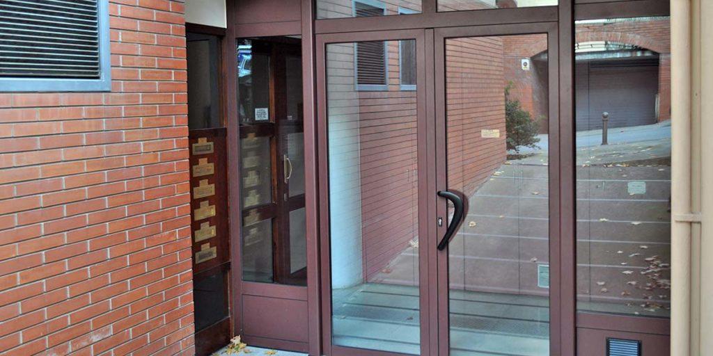 Puerta de entrada y cierres de comunidad de viviendas de aluminio