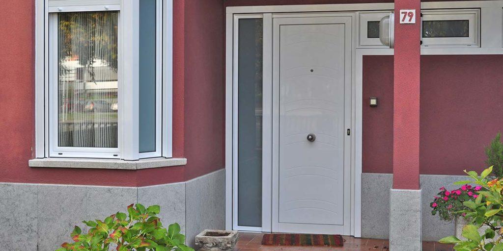 Porta d'entrada i finestres d'alumini lacat blanc