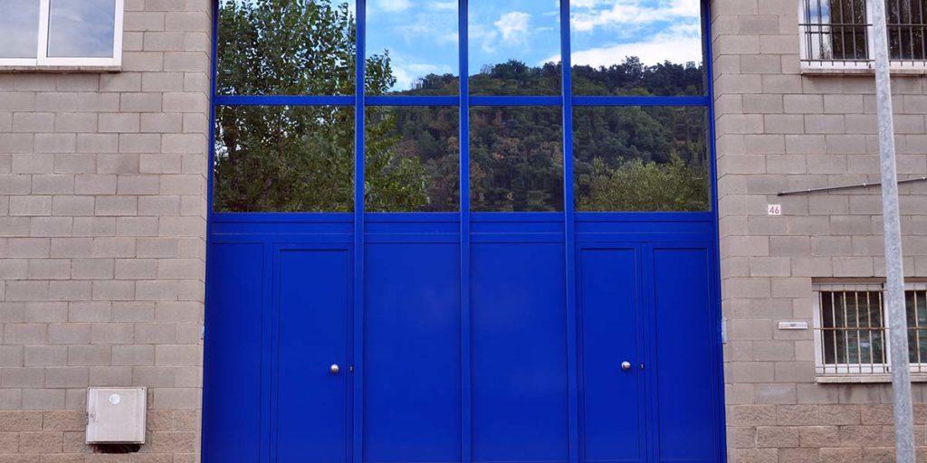 Puertas fijas de aluminio lacado azul